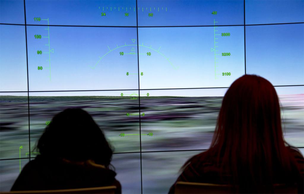 2 students experience flight simulator